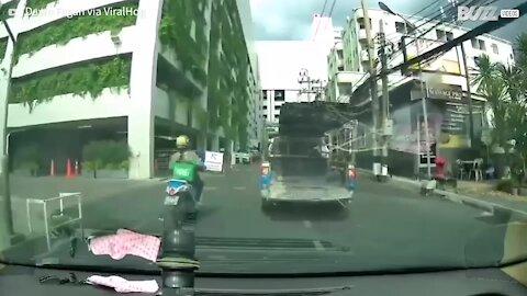 Carrinha derruba carga na entrada de estacionamento - 1