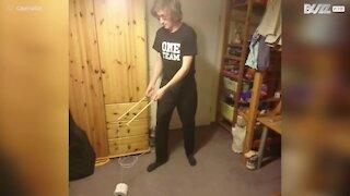 Un jeune homme fait du diabolo avec un rouleau de papier toilette