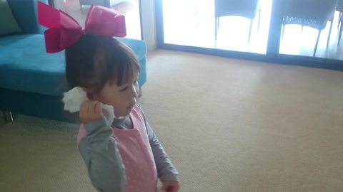 """Little girl uses hair clip to """"call"""" her dad"""
