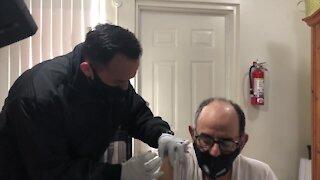 Bomberos ingresan a comunidades hispanas para dar vacuna COVID-19