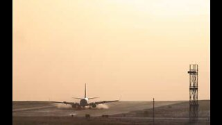Fly gjør dramatisk landing på flyplass i Leeds