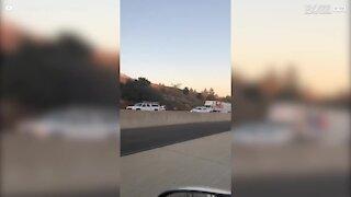 California: aeroplano cade in autostrada