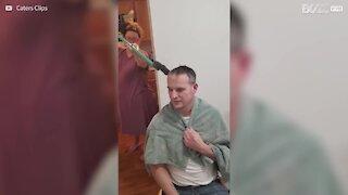 Senhor corta o cabelo respeitando o distanciamento social