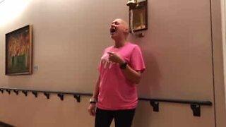 Syöpäpotilas laulaa Amazing Grace -kappaleen viimeisen kemoterapiapäivänsä kunniaksi