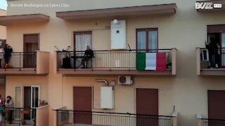 Bairro italiano canta hino das varandas em momento emocionante