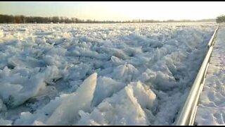 Imponerende frossen flod i Michigan