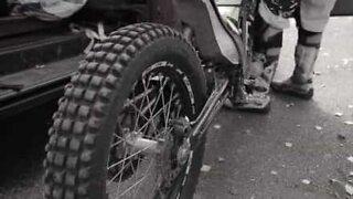 Ekstrem våghals viser motorsykkelstunt