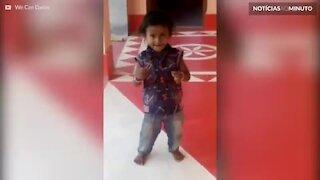 Menino indiano está pronto para Bollywood!