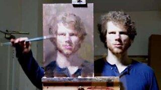 Kunstner skaper selvportrett ved å bruke speilteknikk