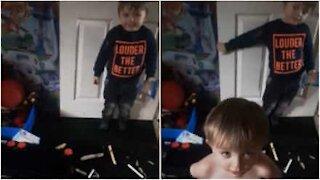 Ces enfants répandent les tampons de leur mère dans toute la maison!