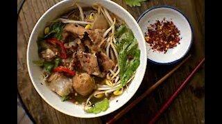 THAI PIG BLOOD SOUP NO1 street food BOAT NOODLE Bangkok Thailand
