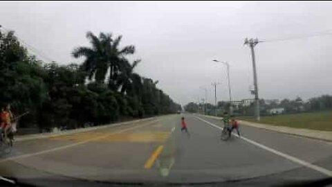 Condutor quase atropela crianças numa estrada do Vietname