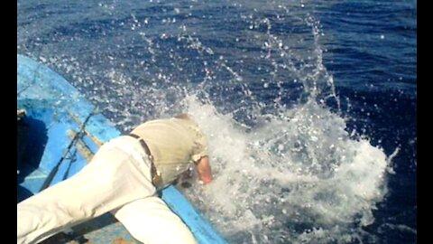 Mako haai trekt visser overboord op La Palma.