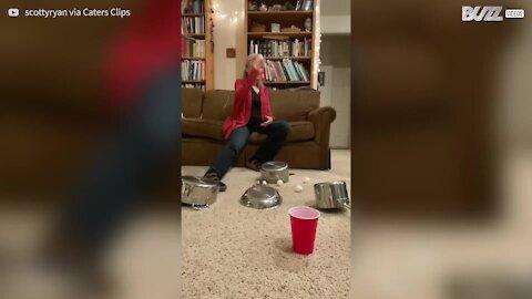 Jovem faz truques com a mãe