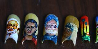 Kunstner bruker sine egne, avklipte negler som lerret