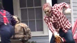Motorsagzombie skremmer vettet av barna på Halloween