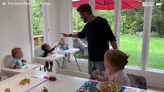Pai faz crianças caírem na gargalhada crianças durante a refeição