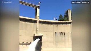 Impressionante! Jovem faz salto mortal triplo em barragem