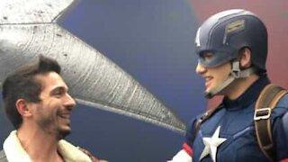 Cet homme est très excité à l'idée de voir Captain America