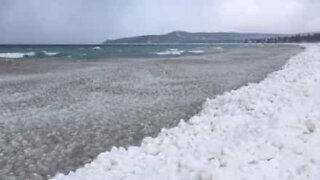 Mystiset jääpallot huuhtoutuvat rantaan Michiganjärvellä