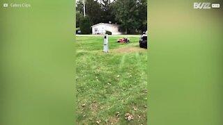 Signora anziana usa il giardino come pista da go-kart