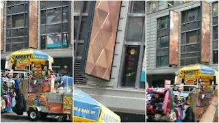 Migliaia di api invadono Times Square, New York