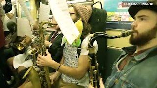 "Banda toca ""Somebody To Love"" no metrô de Nova Iorque"