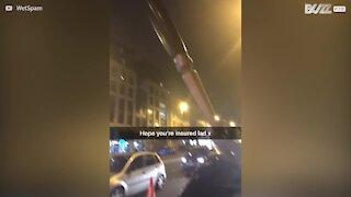 Alguma vez viu um garfo gigante espetado num carro?