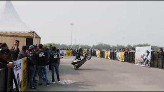 Dyktig motorsyklist snurrer scooteren 326 ganger på bakhjulet