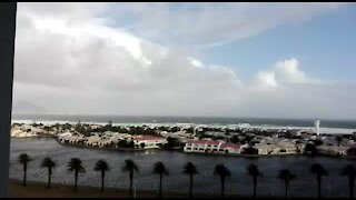 UPDATE 1: Storm lashes Cape Town, damaging houses (2cW)