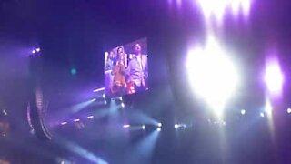 Desafio de dança improvisada em concerto de Celine Dion