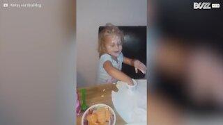 Menina toma banho em iogurte