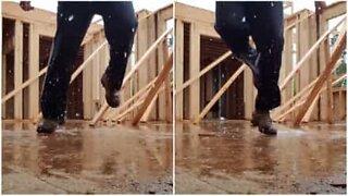 Regnet ødelegger ikke dansefesten til denne byggearbeideren