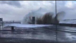 Tempestade Eleanor forma ondas gigantes no Reino Unido