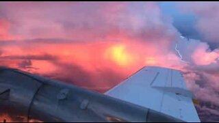 En fantastisk solnedgang ble filmet midt under en storm