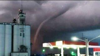 Mighty tornado sweeps across Kansas