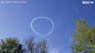 Piloto usa avião para passar mensagens positivas