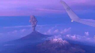 Une éruption au Mexique, vue de l'avion