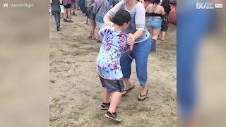 Mamma cerca disperatamente di far ballare il figlio