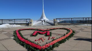 Milwaukee flower memorial honors those lost to COVID