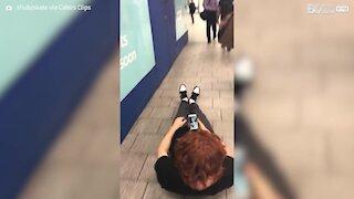 Ce jeune homme fait du skate allongé dans le métro de Londres