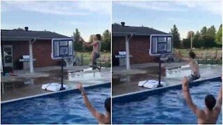 Giocano a basket in piscina