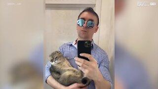 Jovem faz Switch Challenge com gato