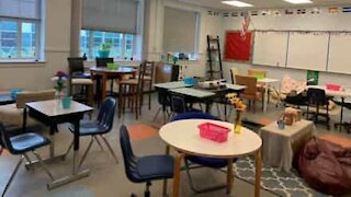 Cette professeur supprime les tables de sa classe