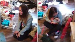 Liten jente overraskes med en minigris i julegave