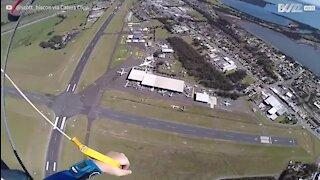 En parachute, il atterrit sur une moto en mouvement