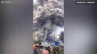 Vídeo mostra poderosa erupção de vulcão na Indonésia