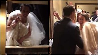 Brud sitter fast i en heis på bryllupsdagen