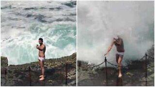 Episk selfie-fail ved havet