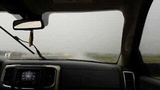 In auto durante una terribile tempesta
